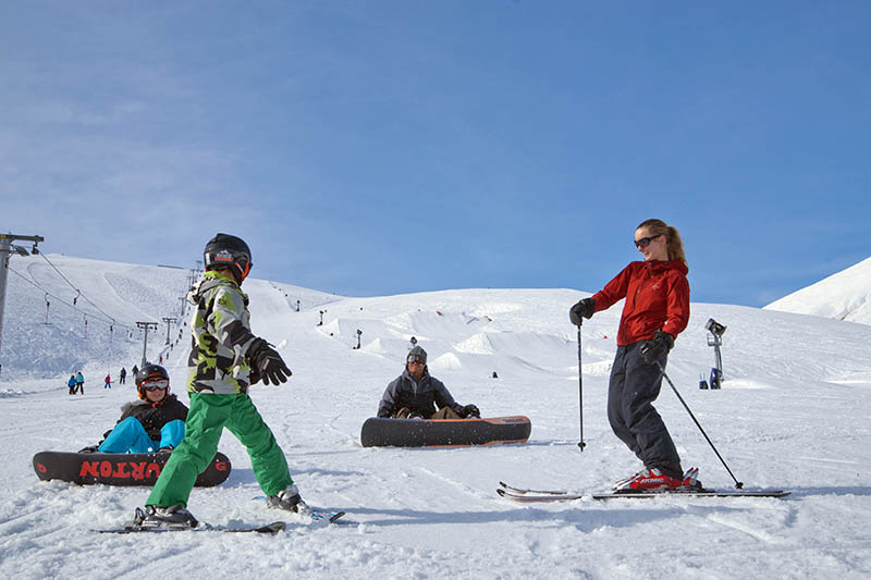 A family has fun skiing at Roundhill Lake Tekapo.